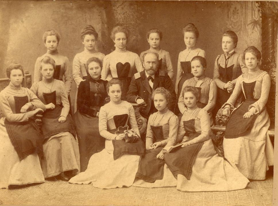 решетку пятнадцать женские гимназии в россии широкой